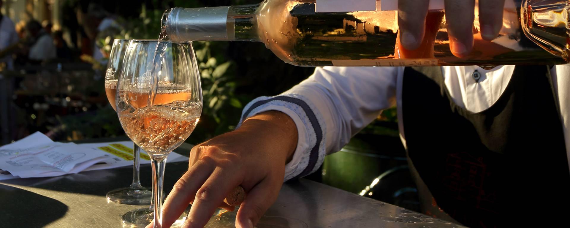 bouteille et verres de  vin