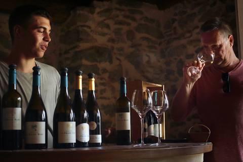 Dégustation dans un domaine viticole à Aigne ©G.Souche