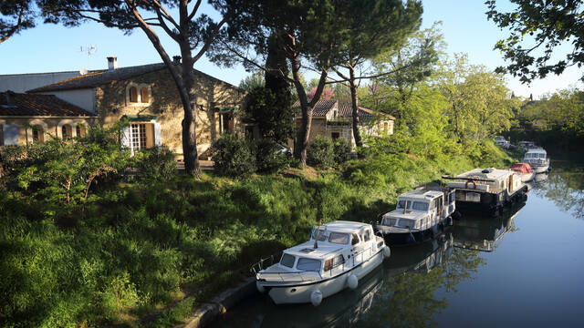 Village des Coteaux d'Ensérunes en bordure du Canal du Midi ©.G. Souche
