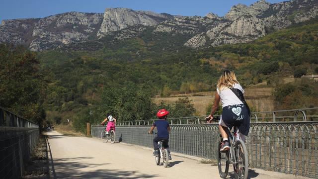 En famille et en vélo sur la voie verte ©G.Souche
