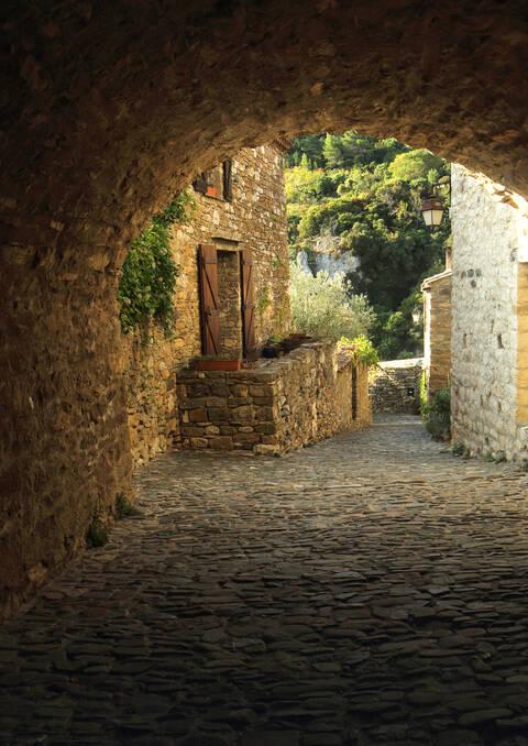 Porche et ruelle à Minerve © G.Souche