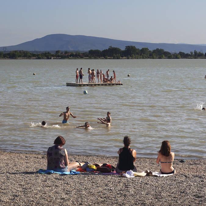 Plage de galet Lac de Jouarres