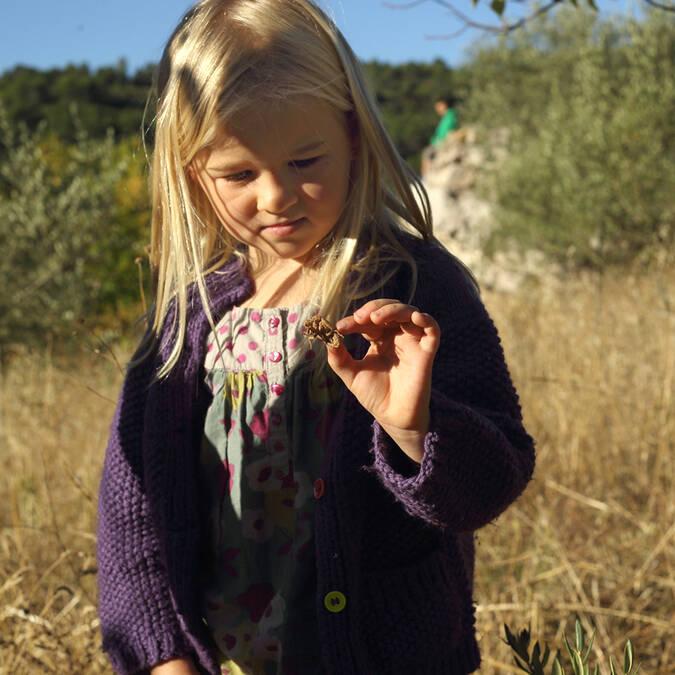 Orbservation de la faune et de la flore par une enfant © G.Souche